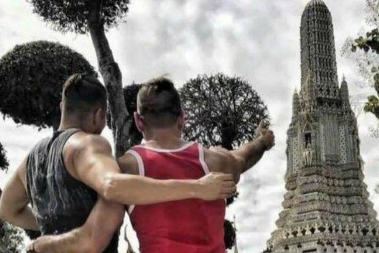 Foto tak senonoh di kuil terkenal di Thailand yang diunggah dua turis AS di akun Instagram mereka.