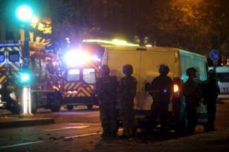 Polisi Perancis mengamankan daerah di sekitar gedung konser Bataclan, Jumat (13/11/2015) malam, setelah terjadi serangan maut di tempat itu.