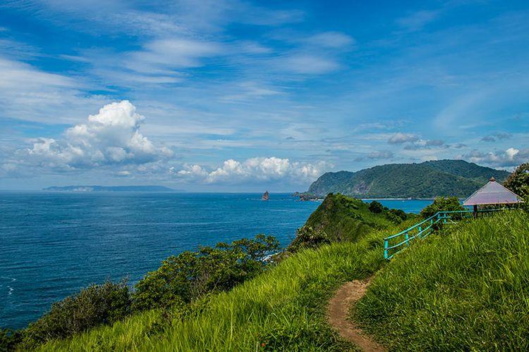 Keindahan pemandangan dari Bukit Suroyo, Pantai Payangan Jember, salah satunya Pulau Nusa Barong di ujung barat daya.