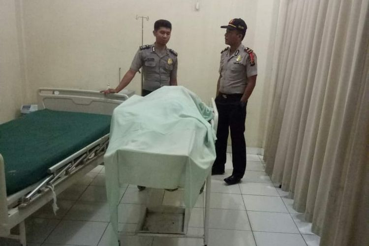 Jenazah Kasimin ketika berada di rumah sakit usai ditemukan tewas di pinggir jalan. Kasimin diduga menjadi korban begal lantaran sepeda motornya telah raib dan mengalami luka tusuk.