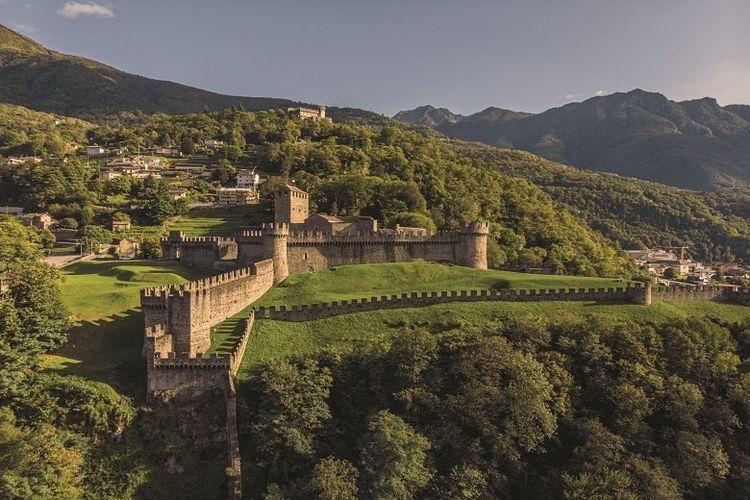 Pemandangan kastel Bellinzona yang menjadi warisan dunia