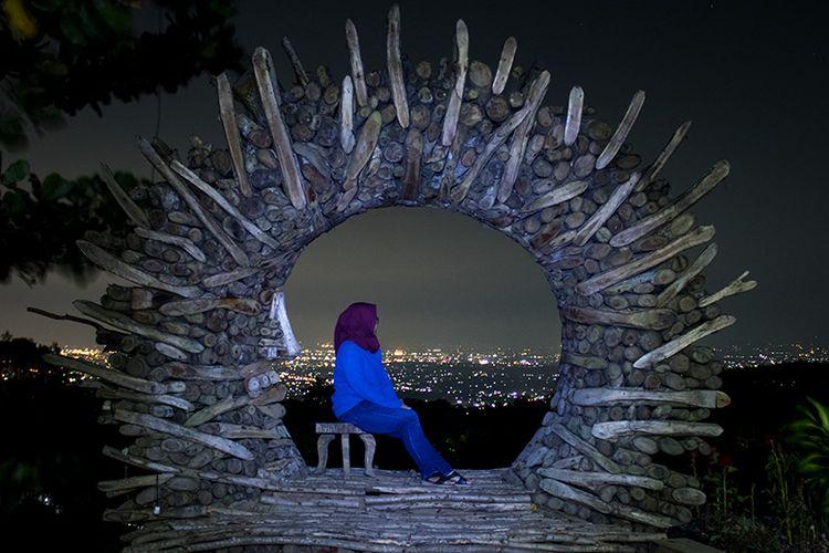 Keindahan panorama malam di Gunung Mungker, Yogyakarta.