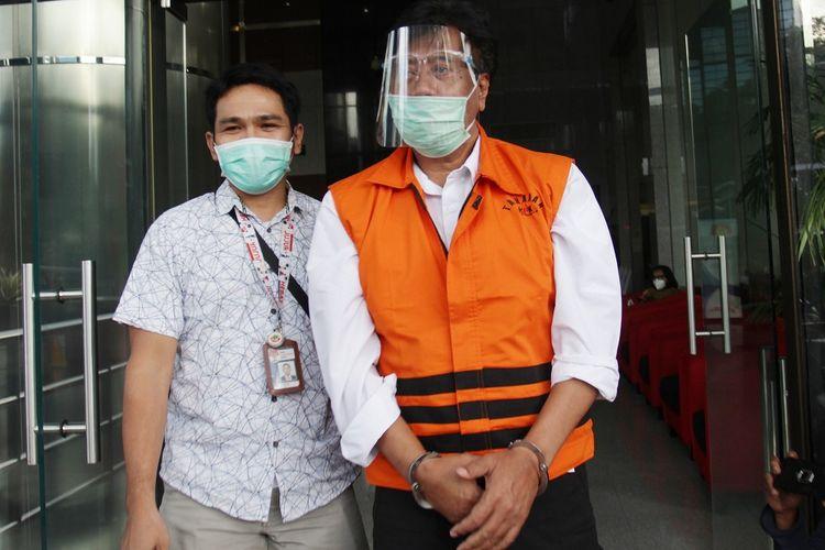 Tersangka Direktur PT Dua Putra Perkasa (DPP) Suharjito (kanan) menuju mobil tahanan usai menjalani pemeriksaan di Gedung KPK, Jakarta, Senin (14/12/2020). Suharjito diperiksa KPK sebagai tersangka terkait kasus suap perizinan tambak, usaha dan atau pengelolaan perikanan atau komoditas perairan sejenis lainnya tahun 2020. ANTARA FOTO/ Reno Esnir *** Local Caption ***