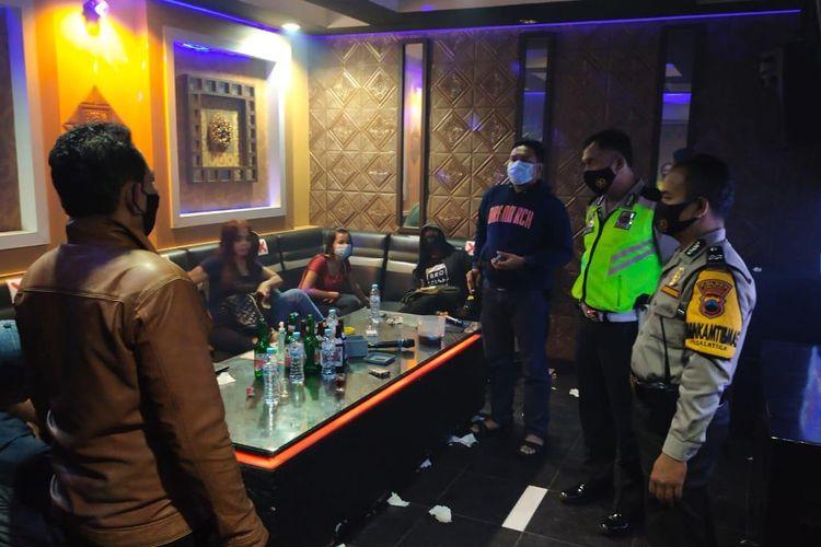 Petugas Polsek Sidorejo Polres Salatiga membubarkan karaoke yang melanggar PPKM.