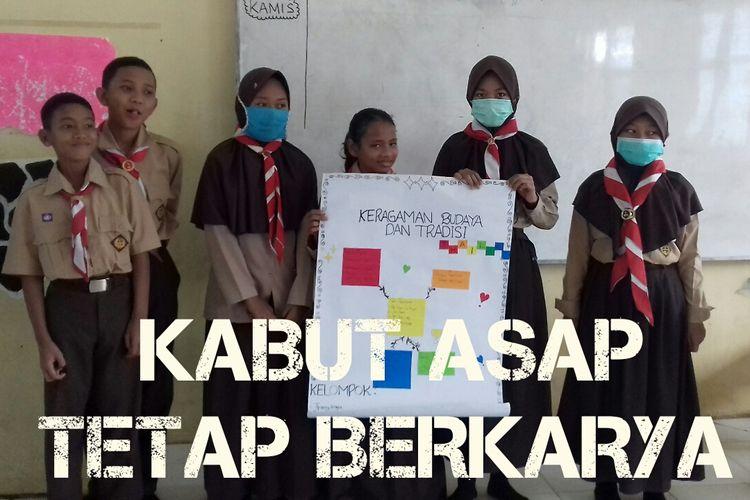 Meski masih didera bencana kabut asap, siswa SMPN 21 Tanjung Jebung Timur, Jambi dibawah pendampingan Dwi Nanda Akhmad, tetap antusias belajar aktif memahami keragaman dan kekayaan budaya dan tradisi yang dimiliki negara melalui pelajaran IPS.