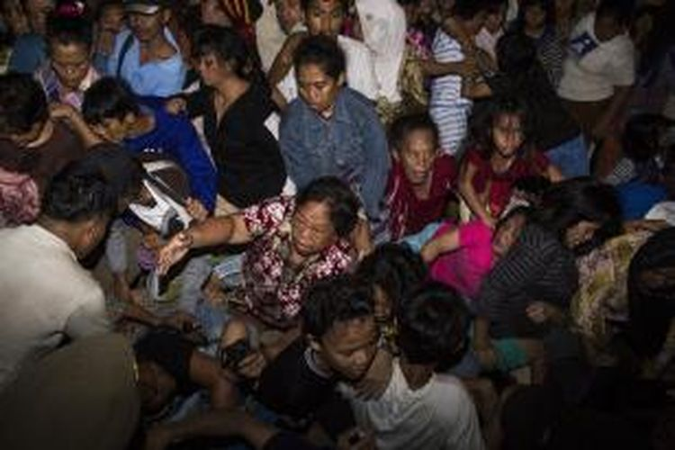 Suasana kericuhan yang terjadi saat antri pembagian kurban di Masjid Istiqlal, Jakarta Pusat, Rabu (16/10/2013). Pembagian kurban di Masjid Istiqlal berjalan rusuh yang mengakibatkan satu orang tewas dan beberapa luka-luka.