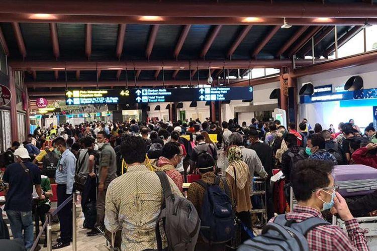 Ratusan calon penumpang mengantre untuk mendapatkan pengesahan surat ijin naik pesawat di Terminal 2 Bandara Soekarno Hatta, Tangerang, Banten, Kamis (14/5/2020). Kementerian Perhubungan mewajibkan semua calon penumpang yang akan menggunakan pesawat memiliki surat kesehatan, surat negatif COVID-19 dari Rumah Sakit sebagai protokol kesehatan yang telah ditetapkan oleh Gugus Tugas COVID-19.
