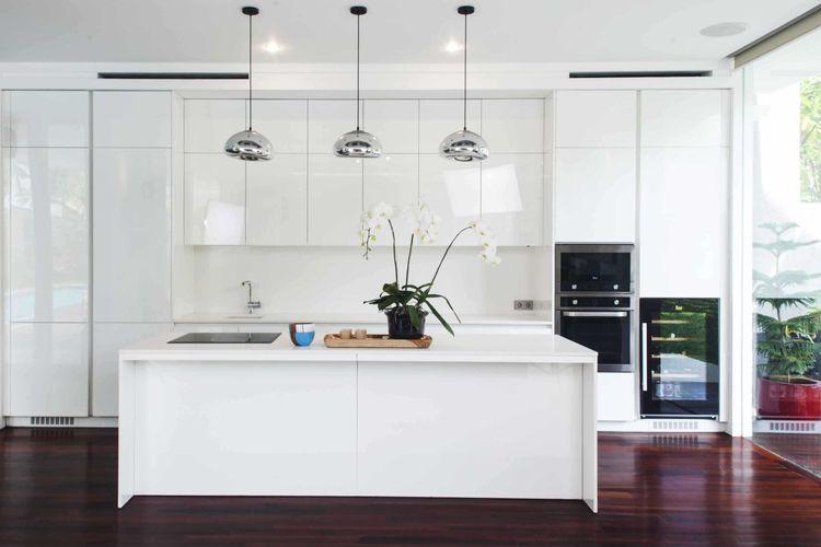 Lampu gantung krom sebagai point of interest dalam dapur minimalis serba putih karya Mint -DS