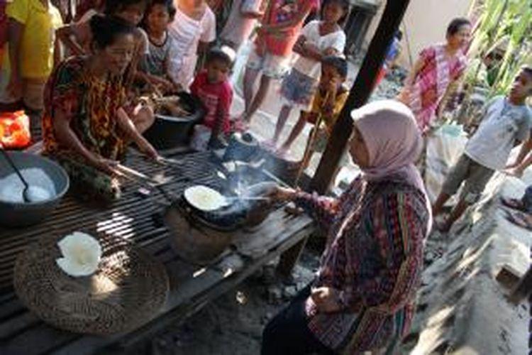 Seorang turis membut jepa di Desa Bonde, Majene, Sulawesi Barat.