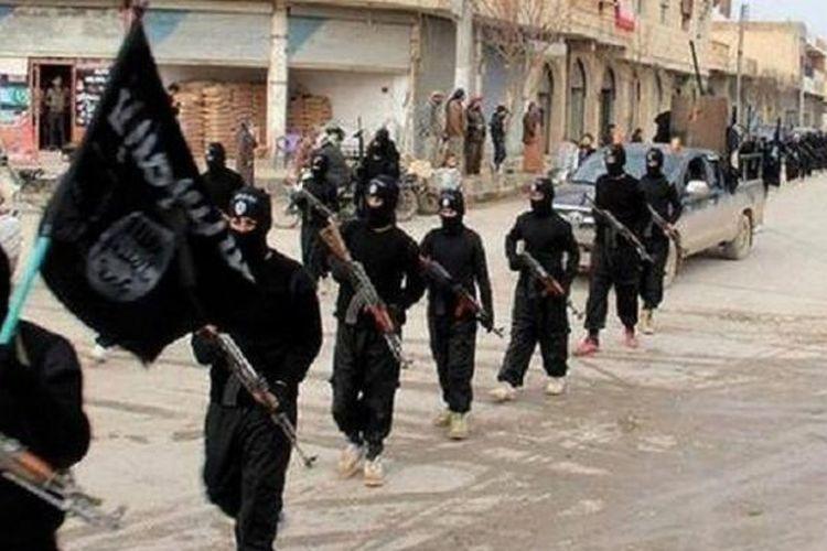 Pasukan ISIS berpawai di Raqqa, Suriah.