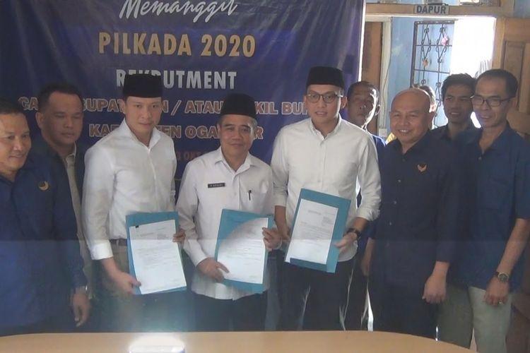 Ahmad Wazir Noviadi Mawardi dan adiknya Panca Wijaya Akbar Mawardi mengambil formulir pendaftaran sebagai calon bupati ogan ilir di DPD Partai Nasdem Ogan Ilir hari ini