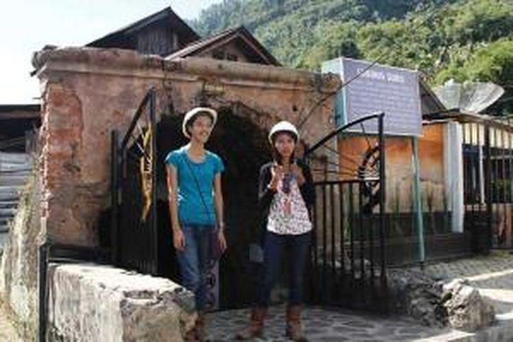 Pengunjung mengenakan helm dan sepatu boot sebelum memasuki Lubang Mbah Soero di Sawahlunto, Sumatera Barat.