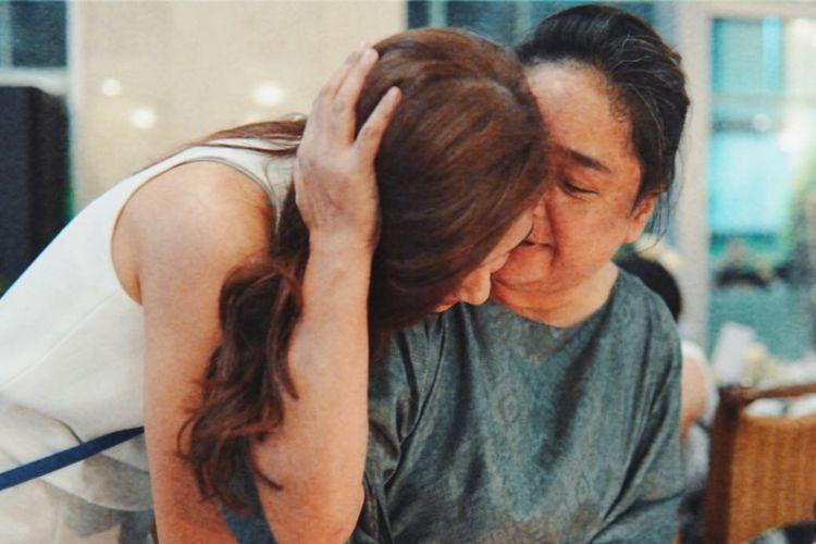 Artis peran dan penyanyi Mikha Tambayong memeluk ibundanya, Deva Malaihollo, yang mengidap penyakit autoimun.