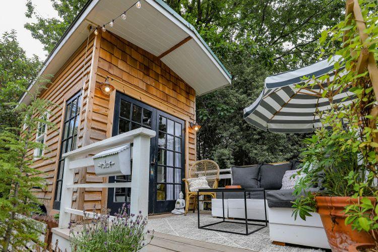 Tampilan eksterior rumah super mungil ala rumah kayu, karya Katie Anderson