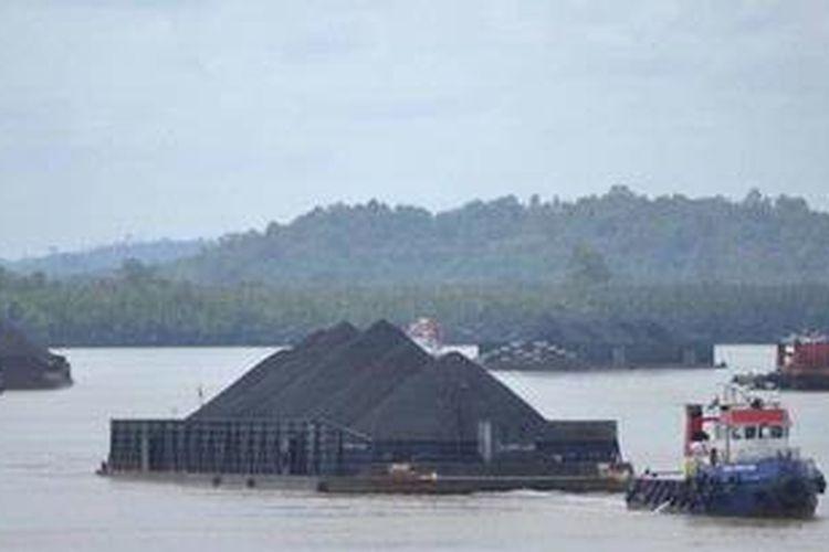 Ilustrasi - Angkutan batubara melintasi Sungai Mahakam, Kalimantan Timur
