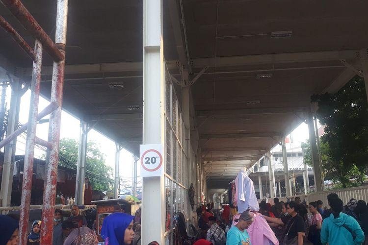 Kondisi Jalan Jatibaru Raya, Tanah Abang, Jakarta Pusat saat ini tampak kumuh dan semrawut, tak jauh berbeda dengan kondisi sebelum pembangunan skybridge. Foto diambil Selasa (13/11/2018).