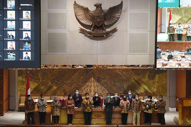Menko Perekonomian Airlangga Hartarto (kelima kiri) bersama Menkumham Yasonna Laoly (kelima kanan), Menteri Keuangan Sri Mulyani (keempat kiri), Mendagri Tito Karnavian (keempat kanan), Menaker Ida Fauziyah (ketiga kiri), Menteri ESDM Arifin Tasrif (ketiga kanan), Menteri ATR/Kepala BPN Sofyan Djalil (kedua kiri) dan Menteri LHK Siti Nurbaya (kedua kanan) berfoto bersama dengan pimpinan DPR usai pengesahan UU Cipta Kerja pada Rapat Paripurna di Kompleks Parlemen, Senayan, Jakarta, Senin (5/10/2020). Dalam rapat paripurna tersebut, pemerintah dan DPR menyetujui Rancangan Undang-Undang Cipta Kerja untuk disahkan menjadi Undang-Undang.