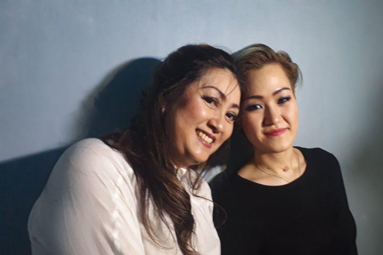 Gitaris Vanesha Melodya bersama sang ibu, Lilian Angel saat ditemui di kawasan Tendean, Jakarta Selatan, Rabu (24/1/2018).