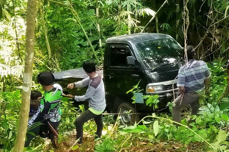 Warga beramai-ramai menarik mobil pikap di sebuah kawasan hutan di wilayah Naringgul, Kabupaten Cianjur, Jawa Barat, Selasa (7/7/2020). Diduga mobil tak bertuan itu sudah berada di hutan sejak tiga hari lalu.