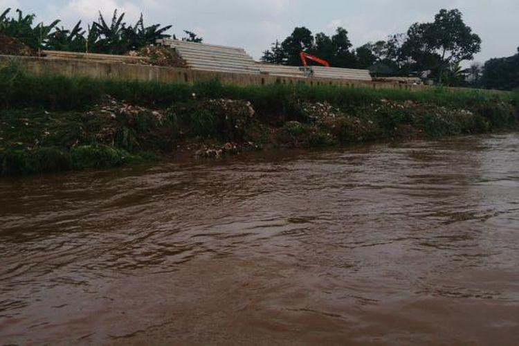 Kondisi tepian Sungai Ciliwung di wilayah Rindam Jaya, Condet, Jakarta Timur, setelah dinormalisasi. Rabu (25/5/2016)