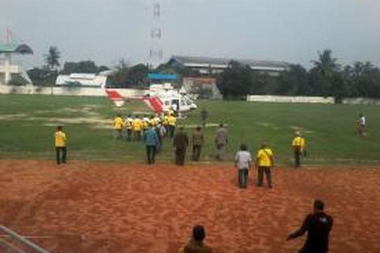 Ketua Umum Partai Golkar Aburizal Bakrie menggunakan helikopter saat mengisi kampanye di GOR Ciracas, Jakarta, Selasa (18/3/2014).