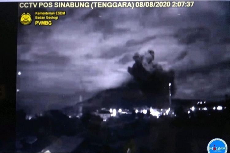 CCTV Pos Sinabung (Tenggara) menangkap gambar erupsi yang terjadi, Sabtu (8/8/2020) pukul 2.07 WIB.