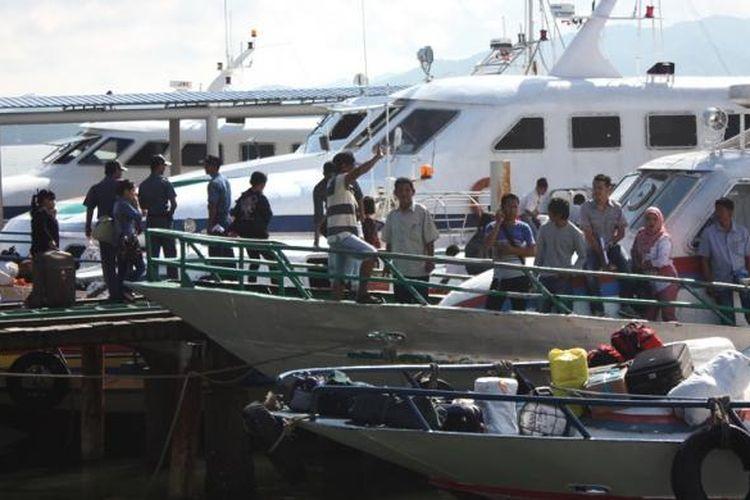Sejumlah kapal regular Nunukan- Tawau di Pelabuhan Tunon Taka Nunukan. Sejak setahun terakhir TKI yang menggunakan jasa mereka terus menurun dikarenan mereka lebih memilih menggunakan jalur tikus di Pulau Sebatik.