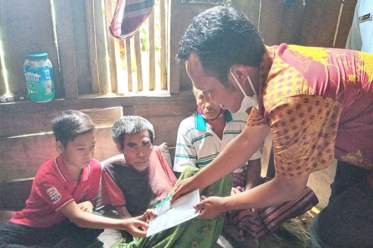 Dari Kiri ke kanan-Risalianus Aja, bocah 12 tahun duduk bersama ayahnya, Benediktus Poseng (49) di kamar sempit di rumah mereka. Papan dan pelupuh bambu menjadi alas tempat tidur di Kampung Kotatunda, Desa Nanga Meje, Kecamatan Elar Selatan, Kab. Manggarai Timur, NTT, Rabu, (3/3/2021). (KOMPAS.com/MARKUS MAKUR)