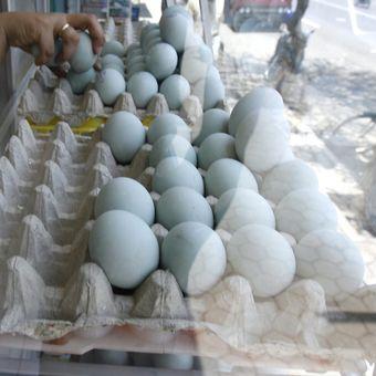 Pedagang telur asin khas Brebes di Kota Brebes, Jawa Tengah, memperoleh rezeki musiman dari kepadatan arus mudik dan arus balik di jalur pantai utara. Penjualan telur asin meningkat dari 500 butir per hari menjadi sekitar 3.000 butir per hari per pedagang.