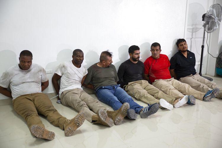 Para tersangka dalam pembunuhan Presiden Haiti Jovenel Moise dipamerkan dalam konferensi pers oleh Kepolisian Haiti di Port-Au-Prince, pada 8 Juli 2021. Dua dari kiri masing-masing adalah James Solages dan Joseph Vincent, warga Amerika Serikat (AS).