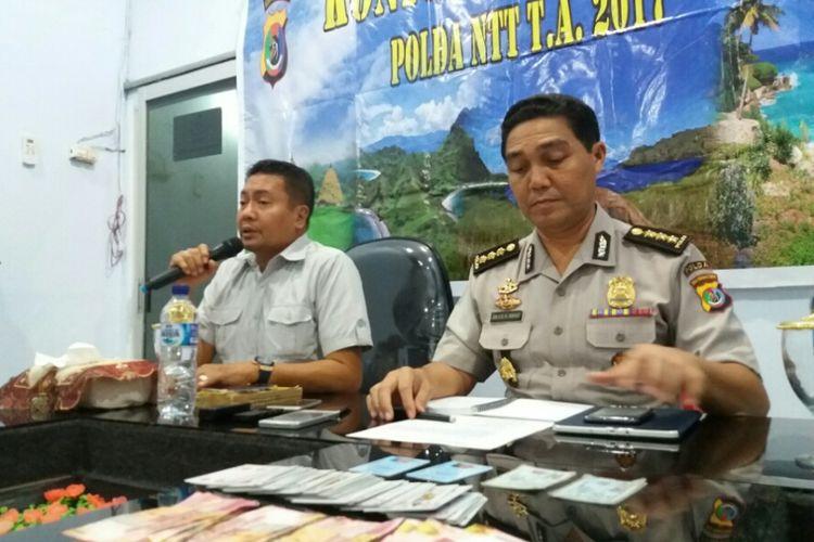 Direktur Reserse dan Kriminal Umum Polda NTT Kombes Yudi Sinlaeloe (kiri) Kabid Humas Polda NTT Kombes Jules Abraham Abast (kanan) saat memberikan keterangan kepada sejumlah wartawan terkait penangkapan kasus judi yang melibatkan Anggota DPRD Kota Kupang, Selasa (18/7/2017)