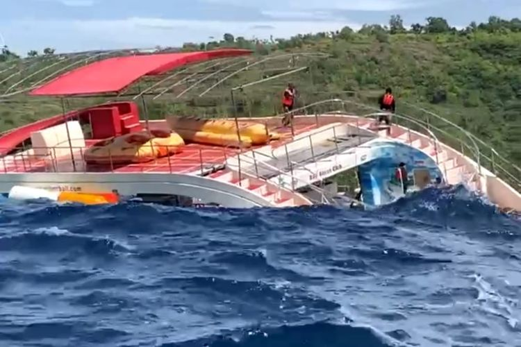 Ponton untuk akomodasi wisata terombang ambing didi Perairan Nusa Penida, Kabupaten Klungkung, Bali, pada Kamis (4/2/2021) siang.