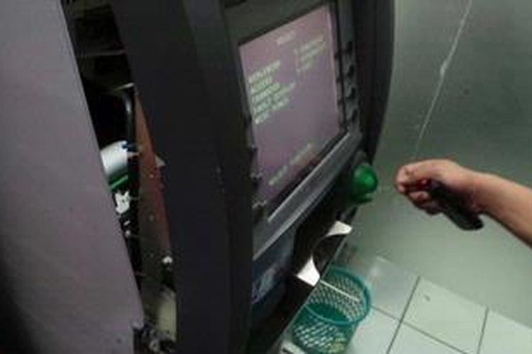 Ilustrasi: Mesin Anjungan Tunai Mandiri (ATM) Bank DKI yang berada di kompleks  Balaikota,  Jakarta  Pusat,  diduga nyaris dijarah. Bagian depan mesin tampak rusak seperti  bekas  dicongkel menggunakan linggis.