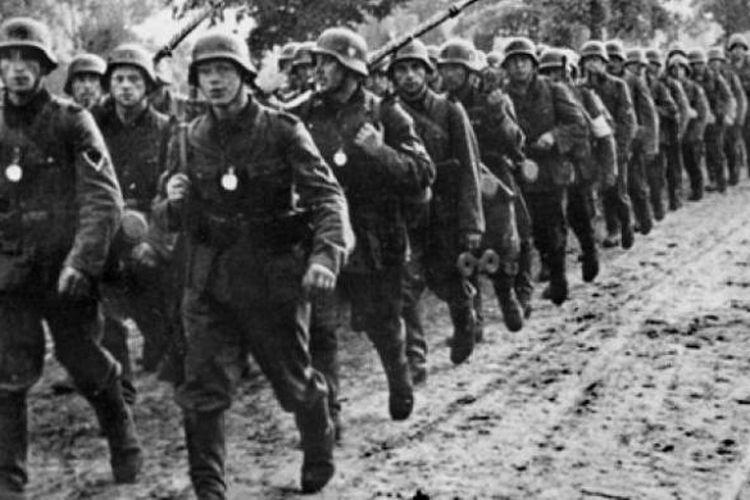 Pasukan infantri Jerman berbaris memasuki wilayah Polandia setelah sukses mengalahkan negara itu dengan taktik blitzkrieg atau perang kilat