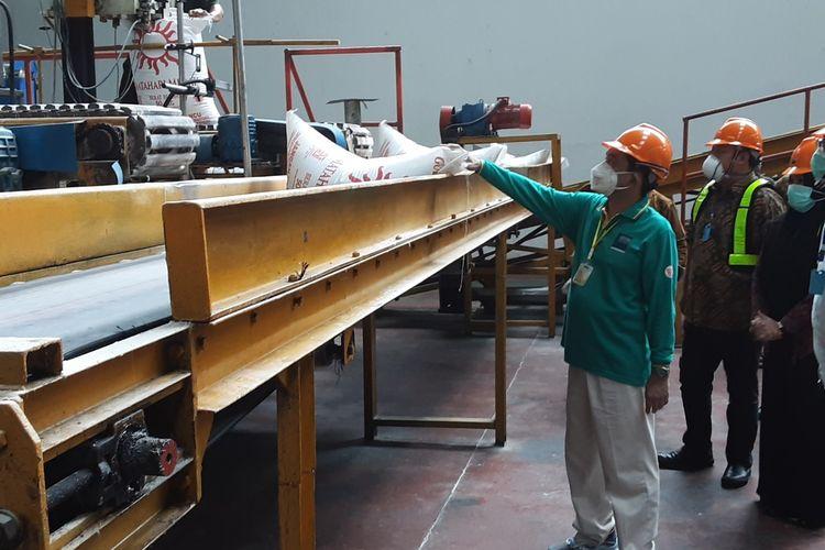 Menteri Perdagangan, Agus Suparmanto, saat meninjau produksi gula PT. IGN Cepiring Kendal. KOMPAS.COM/SLAMET PRIYATIN