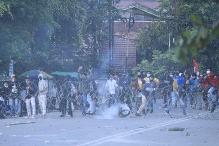 Aliansi Mahakam menarik kawat berduri menutup Jala Teuku Umar saat demo menuntuk UU Cipta Kerja atau UU Omnibuslaw hendak dibubarkan Polisi di Jalan Teuku Umar depan Kantor DPRD Kalimantan Timur, Kamis (5/11/2020).