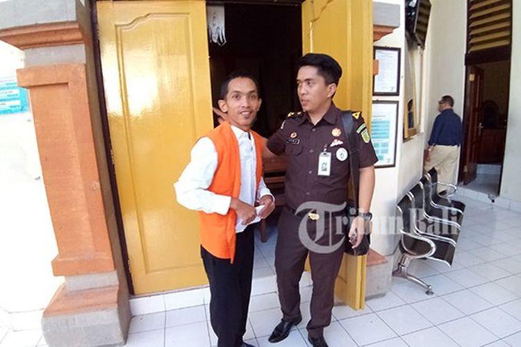 Rival usai menjalani sidang di PN Denpasar. Ia dituntut setahun penjara, karena melakukan pencurian, Senin (9/7/2018).