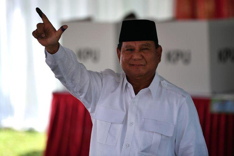 Calon Presiden nomor urut 02 Prabowo Subianto menggunakan hak pilihnya di TPS 041, Kampung Curug, Desa Bojong Koneng, Babakan Madang, Bogor, Jawa Barat, Rabu (17/4/2019).