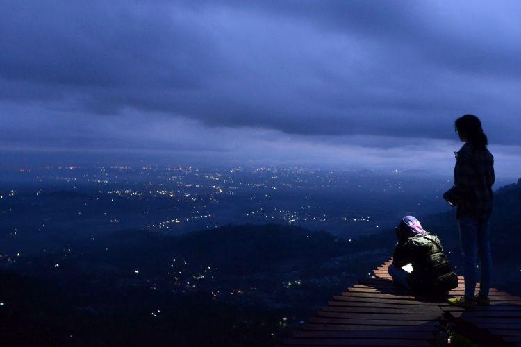 Lokasi Wisata di Bukit Menoreh - Wisatawan menanti matahari terbit di lokasi wisata Punthuk Mongkrong, Desa Giritengah, Kecamatan Borobudur, Kabupaten Magelang, Jawa Tengah, Sabtu (4/11) pagi. Lokasi wisata tempat menikmati lanskap kawasan Borobudur semakin banyak dikembangkan warga di area perbukitan Menoreh.