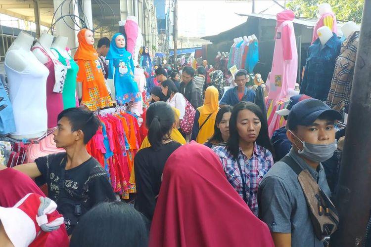 Keramaian di trotoar Jalan Jatibaru Tanah Abang, Jakarta Pusat, Rabu (29/5/2019).