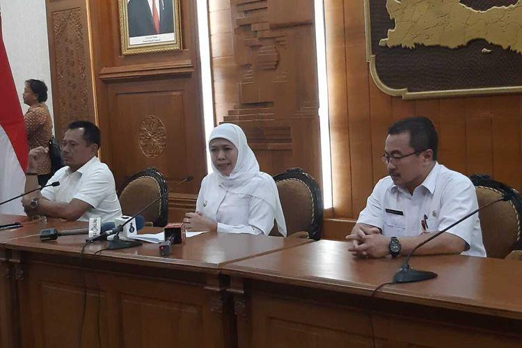 Gubernur Jatim Khofifah Indar Parawansa (tengah) saat memberikan keterangan pers di gedung negara Grahadi Surabaya, Rabu (18/3/2020).