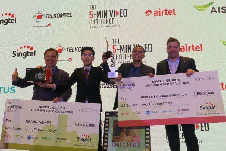 (ki-ka) CEO International Singtel, Arthur Lang; Pembuat film Chick-Chick yang menang 5-Min Video Challenge; Direktur Marketing Telkomsel, Alistair Johnston.