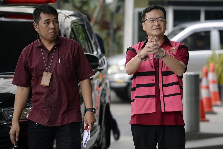 Tersangka kasus dugaan korupsi di PT Asuransi Jiwasraya (Persero) Komisaris PT Hanson Internasional Benny Tjokrosaputro (kanan) bersiap menjalani pemeriksaan di Gedung KPK, Jakarta, Jumat (31/1/2020). Penyidik Kejaksaan Agung (Kejagung) kembali menumpang ruangan Gedung KPK untuk melakukan pemeriksaan kembali tersangka kasus dugaan korupsi di PT Asuransi Jiwasraya (Persero) Benny Tjokrosaputro. ANTARA FOTO/Muhammad Iqbal/nz