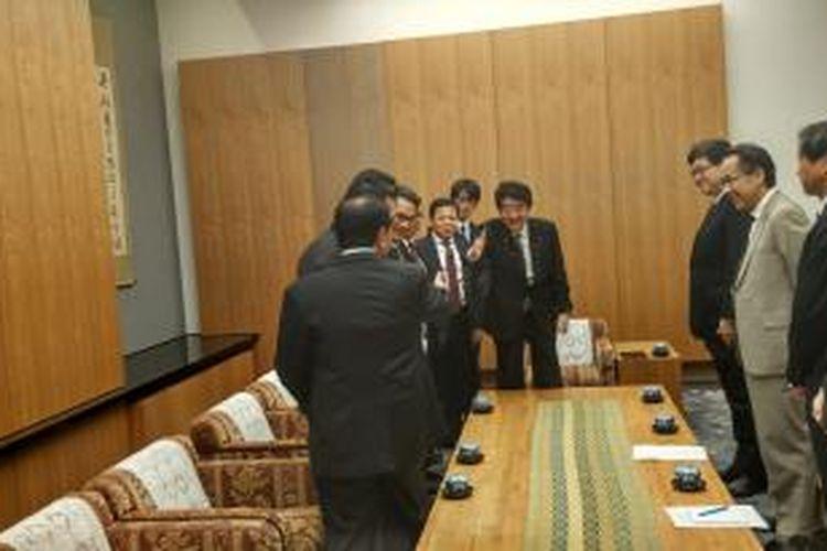 Delegasi DPR RI bertemu Perdana Menteri Jepang Shinzo di Kantor PM Jepang, Tokyo, Rabu (12/11/2015).