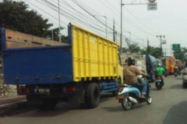 Uji Kir di Kota Bekasi sebabkan jalan Ir. H. Djuanda macet karena kendaaran yang ingin melakukan uji kir tidak mendapatkan lahan untuk parkir atau menunggu giliran, Bekasi, Jumat (2/6/2017).