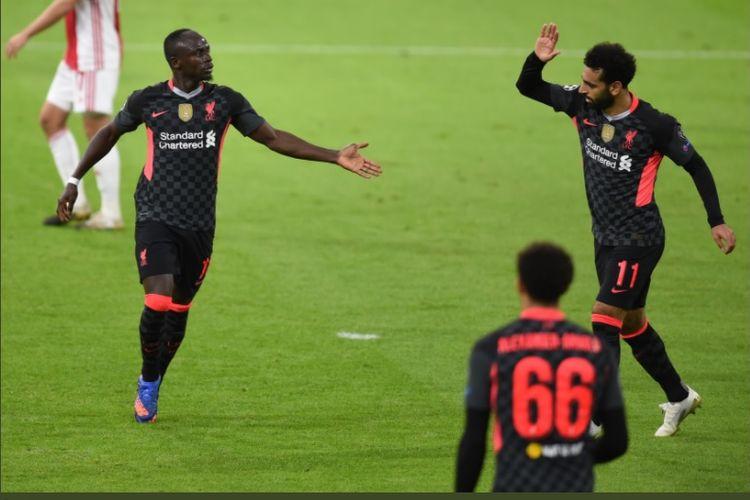 Penyerang Liverpool, Sadio Mane dan Mohamed Salah, merayakan gol timnya ke gawang Ajax Amsterdam dalam pentas Liga Champions, Kamis (22/10/2020) dini hari WIB.