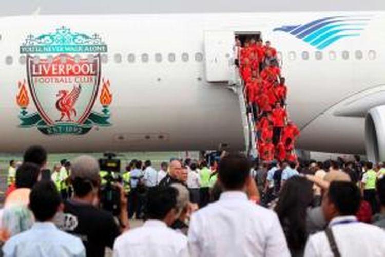 Tim sepak bola Liverpool turun dari pesawat Garuda Indonesia di Bandara Halim Perdanakusuma, Jakarta, Rabu (17/7/2013). Liverpool akan bertanding melawan tim Indonesia XI yang bermaterikan pemain tim nasional pada Sabtu.