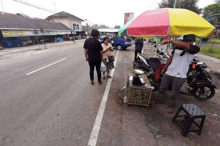 Penjual Belalang di Pasar Playen, Gunungkidul