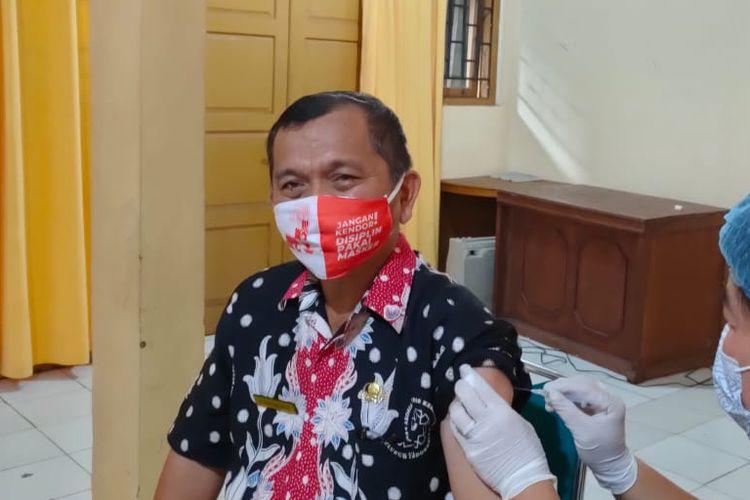 Kepala Dinas Kesehatan Padang Panjang, Sumatera Barat, saat divaksinasi.