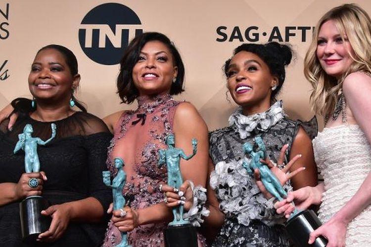 (Dari kiri ke kanan) Octavia Spencer, Taraji P Henson, Janelle Monae, dan Kirsten Dunst berpose dengan trofi Screen Actors Guild Awards untuk film mereka, Hidden Figures, yang dinobatkan sebagai film terbaik, Minggu (29/1/2017).